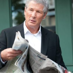 richard-gere-legge-il-giornale-in-una-scena-del-poliziesco-the-double-229334