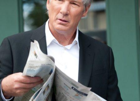 richard-gere-legge-il-giornale-in-una-scena-del-poliziesco-the-double-229334