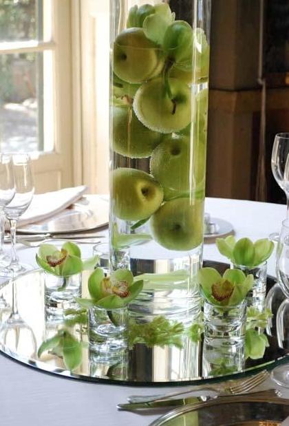 Semplice e raffinato: mele verdi e orchidee
