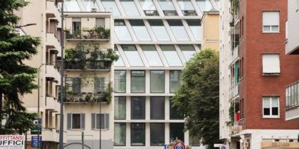 Il palazzo di cristallo tra gli immobili della vecchia Milano