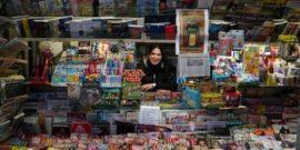 Luana Frediani nella sua edicola milanese